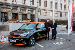 ČEZ předal elektromobil ministru Jurečkovi