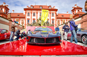 Scuderia slavila 70 let Ferrari jízdou v Praze