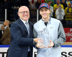 Škoda CEO Maier presents trophy to player of 2018 IIHF