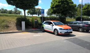 Kolínský Kaufland má nabíječku elektromobilů