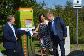Ministr křtil stanici pro elektromobily v Třinci