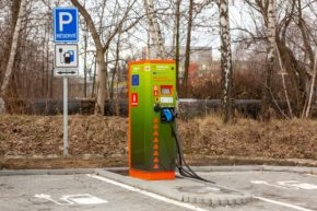 Síť elektromobilních dobíječek ČEZ má 250 stojanů