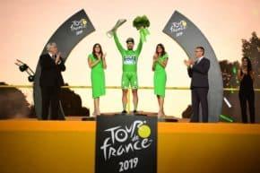 Vítěz Tour de France slavil s trofejí od Škody