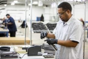 Ford se dal na výrobu respirátorů a plicních ventilátorů